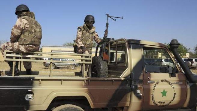 Soldados de las Fuerzas de Seguridad de Mali permanecen en guardia en un vehículoen Bamako (Mali).