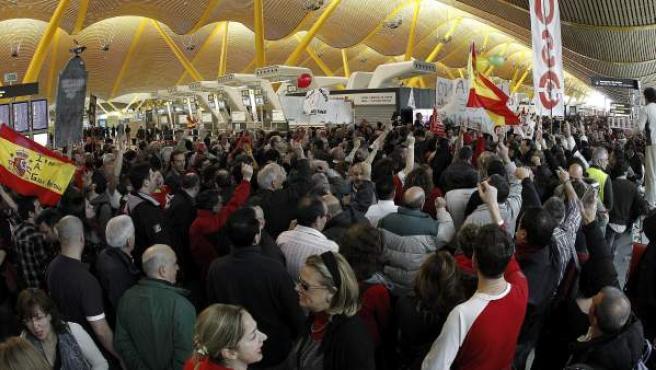 La terminal T-4 del aeropuerto de Madrid-Barajas, tomado por los trabajadores de Iberia.
