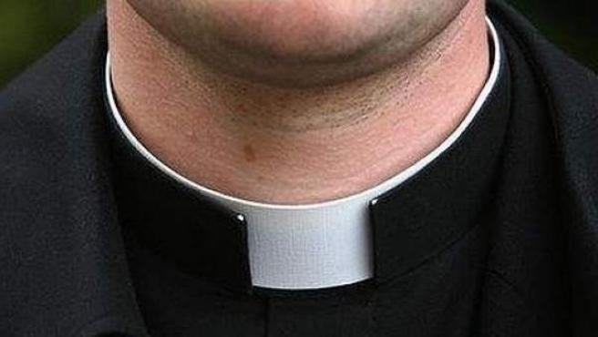 Detalle del alzacuellos cde un sacerdote.