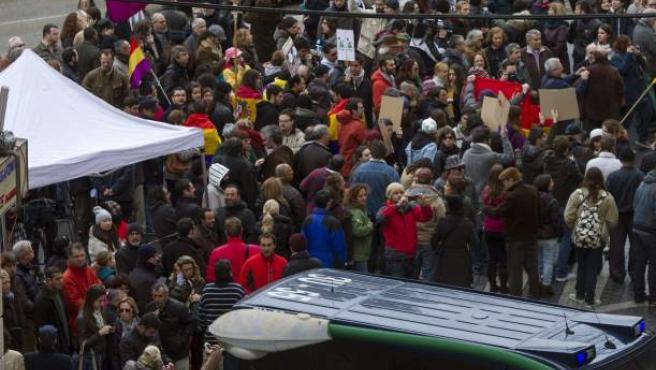 Un grupo de manifestantes protesta frente a los juzgados de Palma contra Iñaki Urdangarin y la monarquía.