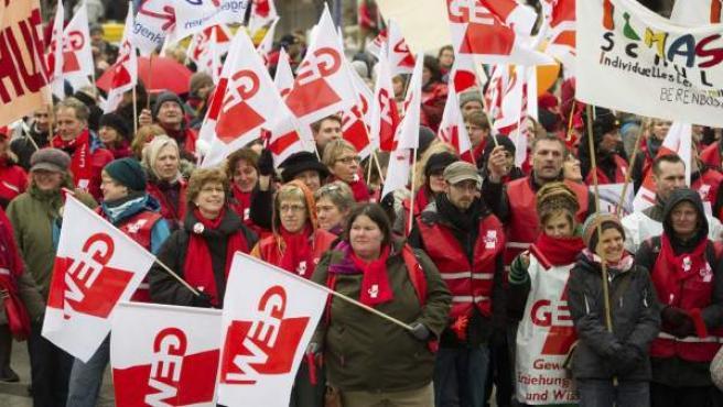 Varios profesores del sindicato de Trabajadores de la Ciencia y la Educación (GEW) se manifiestan en Hanover, Alemania.