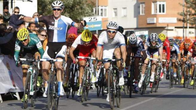 El australiano Mark Renshaw (Blanco Pro) se impone al 'sprin' en la 28.ª edición de la Clásica de Almería de ciclismo, disputada entre Almería y Roquetas de Mar.