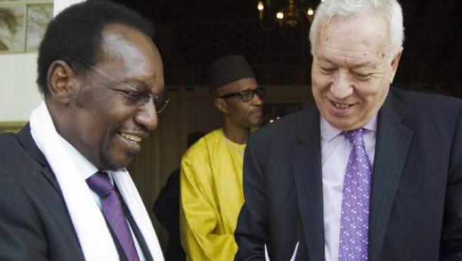 El ministro de Asuntos Exteriores, José Manuel García-Margallo (d), regala una presente al presidente de Malí, Dioncounda Traoré.