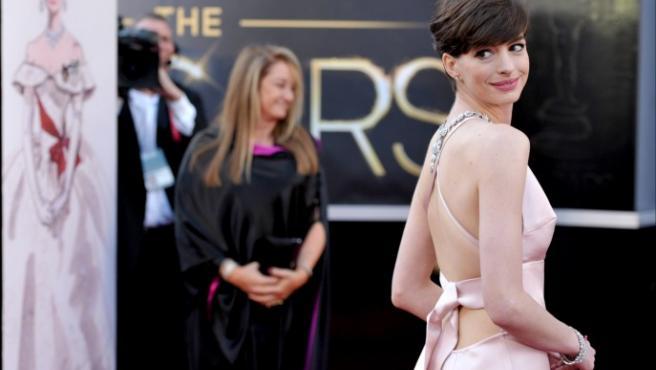 Anne Hathaway, vestida de Prada en la alfombra roja de los Oscar.