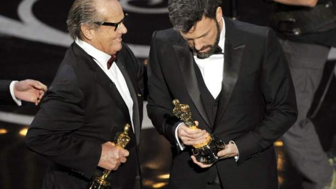 El actor Jack Nicholson (izq) entrega al productor y director Ben Affleck el Oscar a la mejor película por 'Argo'.