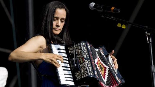 Julieta Venegas durante un concierto.
