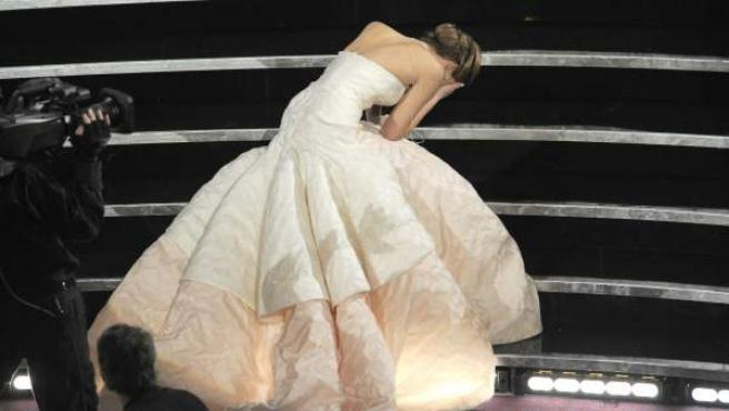 Jennifer Lawrence, avergonzada en las escalera del Dolby Theatre de Los Ángeles, tras caer al ir a recoger su primer Oscar.