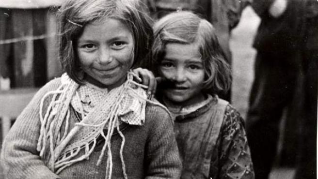 Foto cedida por la Fototeca del Comité Internacional de la Cruz Roja (CICR), en la que se ve a dos niñas refugiadas en Madrid, durante la Guerra Civil Española.