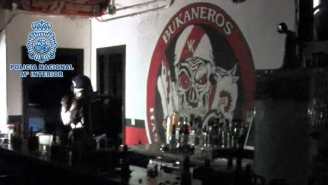 Registro por parte de la Policía de la sede de los Bukaneros, grupo de seguidores del Rayo Vallecano.