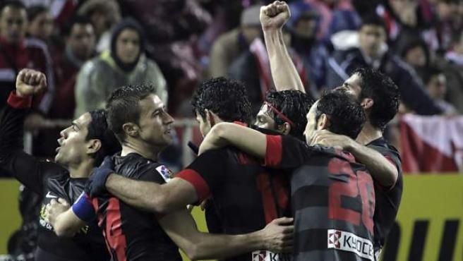 Los jugadores del Atlético celebran uno de los goles ante el Sevilla.