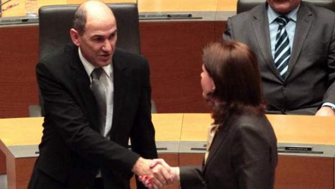 La designada primera ministra Alenka Bratusek (d) es felicitada por el ex primer ministro Janez Jansa (i).
