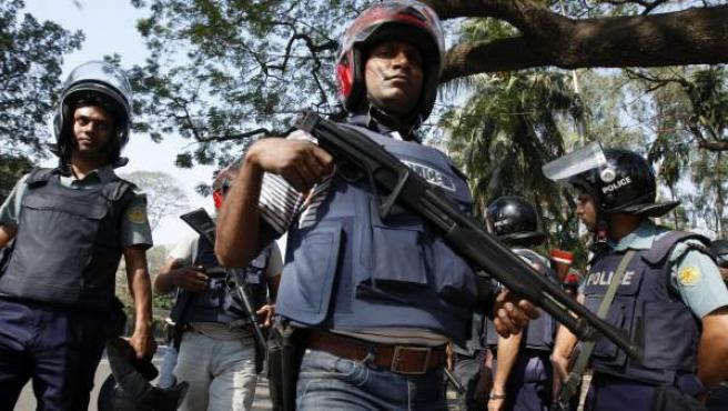 Varios policías antidisturbios vigilan delante del tribunal que dictó sentencia contra el líder del partido islamista Jamaat-e-Islami, Delawar Hossain Sayedi, en Dacca (Bangladesh).