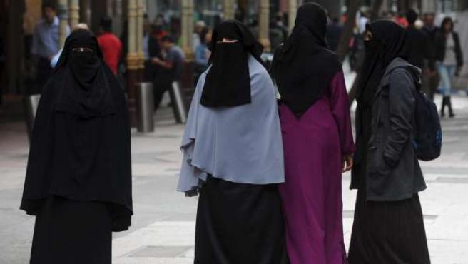 La prohibición del velo islámico en Lleia fue aprobada de forma definitiva el 8 de octubre de 2010.