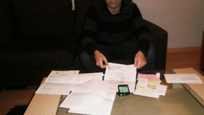 Eduardo Ruiz, en su casa de Elda, frente a las denuncias que ha interpuesto al Juzgado y a la AEPD.