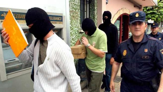 Agentes de la Policía Nacional salen del bar Faisán de Behobia (Irún).