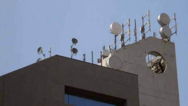 Antenas de telefonía móvil en lo alto de un edificio.
