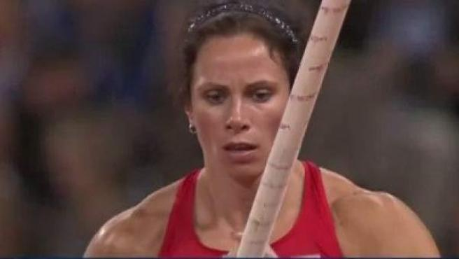 La atleta estadounidense Jennifer Suhur durante un salto de pértiga.