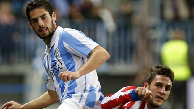 Los jugadores de Málaga y Atlético, Isco y Koke, durante un partido de Liga.
