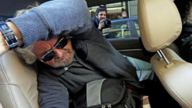 El líder del Movimiento 5 Estrellas (M5S) italiano, Beppe Grillo, abandona el Hotel Universo en Roma tras su reunión con los parlamentarios electos del Movimiento 5 Estrellas.