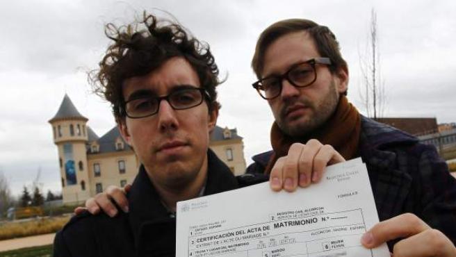 """José y Antonio muestran el certificado de matrimonio donde José consta como """"mujer"""", en el parque de los Castillos de Alcorcón."""