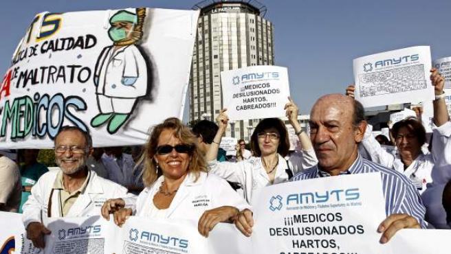 Algunos de los profesionales que participaron en la concentración ante el hospital madrileño de La Paz en la tercera y última jornada de huelga de médicos convocada por Amyts en protesta por los ajustes del Gobierno regional.