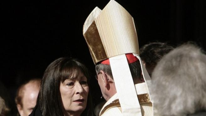 La actriz Anjelica Huston habla con el cardenal Roger Mahony durante un oficio religioso en la catedral de Los Ángeles (EE UU), el 7 de enero de 2009.