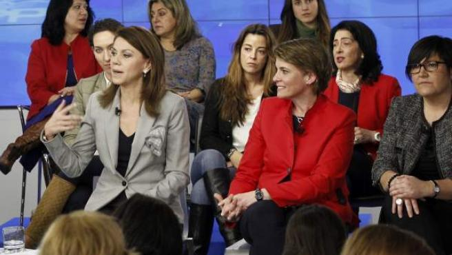 La secretaria general del PP, María Dolores de Cospedal (izquierda, primer plano), durante su intervención en el acto que el partido ha celebrado en su sede en Madrid, con motivo del Día Internacional de la Mujer.