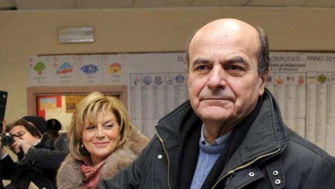 Pier Luigi Bersani vota en Piacenza para las elecciones italianas.