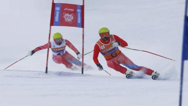El esquiador Jon Santacana (izquierda) y su guía Miguel Galindo disputan el eslalom gigante de los Mundiales de Esquí Alpino Paralímpico 2013, en La Molina (Girona).