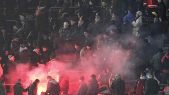 Lanzamiento de una bengala durante el 'clásico' de Copa en el Camp Nou.