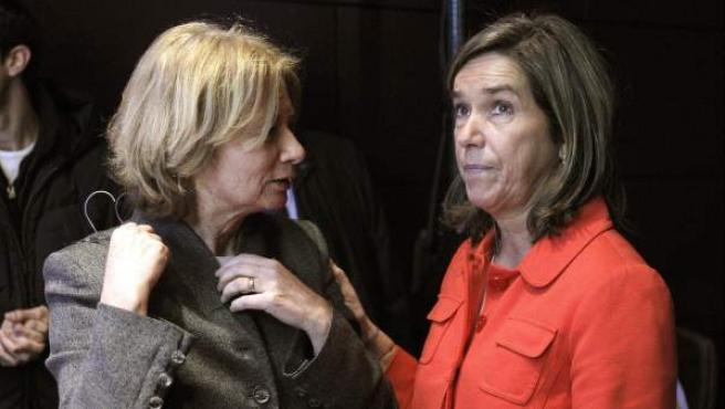 La ministra de Sanidad, Servicios Sociales e Igualdad, Ana Mato (d) junto a la escritora y periodista Pilar Cernuda durante la jornada conmemorativa del Día Internacional de las Mujeres.