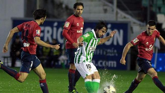 Beñat Etxeberría, centrocampista del Betis, rodeado de jugadores de Osasuna.