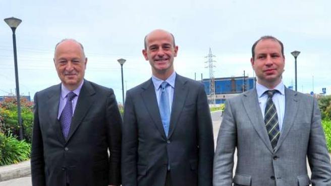 Dirigentes de FerroAtlántica en la planta de Boo de Guarnizo (Astillero)