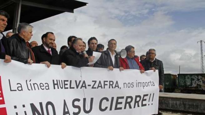 Ignacio Caraballo y Valentín Corés en la concentración en la estación de Zafra.