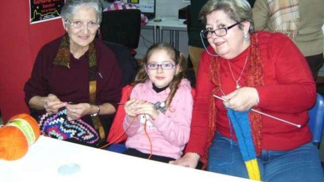 Tres generaciones de mujeres tejerán la plaza de Iznájar