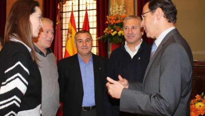 Alcalde con bomberos