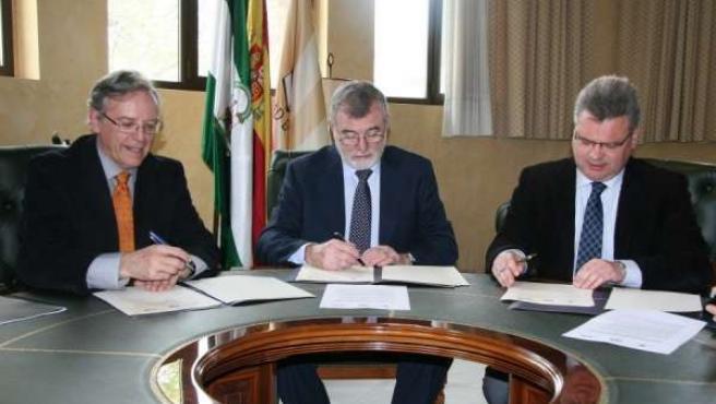 Los rectores y el alcalde de Puente Genil rubrican el convenio