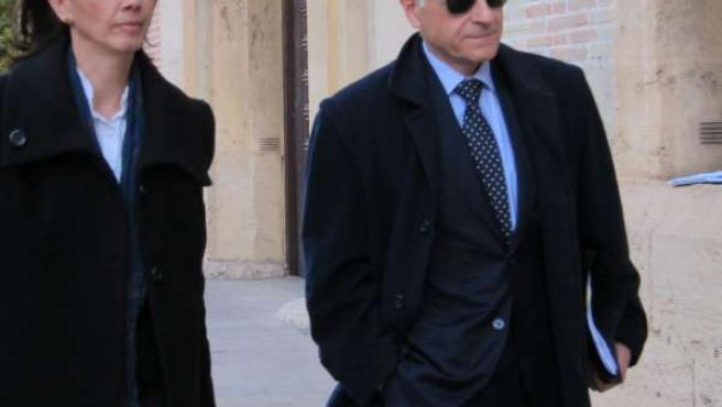 Felip junto a su letrada llegando al TSJCV