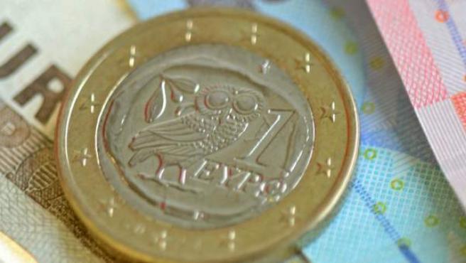 Billetes y una moneda de euro.