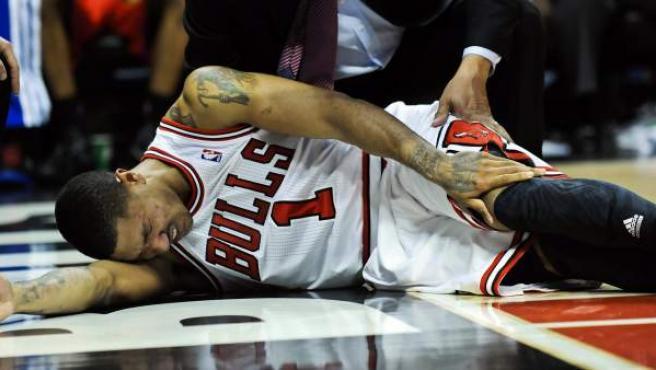 Derrick Rose, jugador de Chicago Bulls, se lamenta en el suelo de una lesión de rodilla.