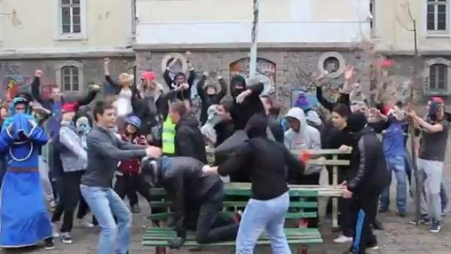 Captura del 'Harlem Shake' que le costó el puesto esta semana a profesor de inglés en Bulgaria.