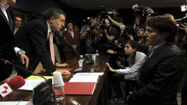 El portavoz de IAP, Ismael Álvarez (i), junto al nuevo alcalde, el socialista Samuel Folgueral, durante el pleno del Ayuntamiento de Ponferrada en el que se ha presentado la moción de censura.
