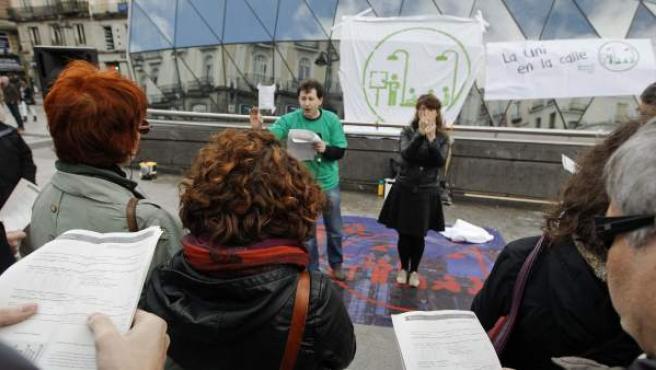 Profesores y estudiantes de las universidades públicas de Madrid han dado este sábado clase al aire libre en diversas calles y plazas de la capital.