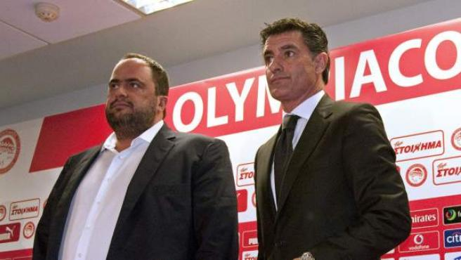 El entrenador Miguel González 'Michel' (derecha) acompañado por el presidente del Olympiacos, Evangelos Marinakis, durante su presentación como nuevo entrenador del conjunto griego, en un acto que ha tenido lugar en las instalaciones del club en El Pireo (Grecia).