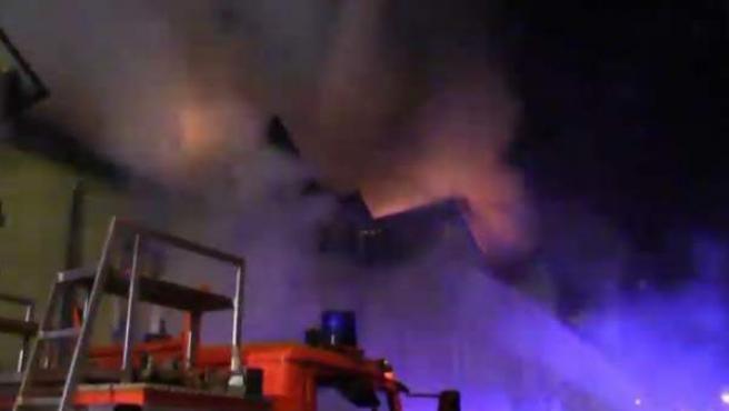 Los bomberos intentan apagar el fuego en un bloque de apartamentos en Alemania.