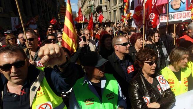 Manifestación contra el paro, los recortes y la corrupción, convocada por la Plataforma Sindical Unitaria de los Servicios Públicos, que ha recorrido el centro de Barcelona.