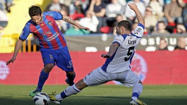 Lacen y Rubén García luchan por un balón durante el Levante - Getafe.