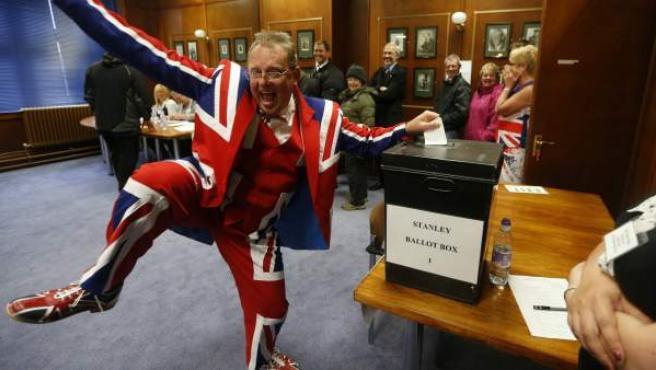 Un hombre votando en un puesto electoral en Puerto Stanley (Malvinas).