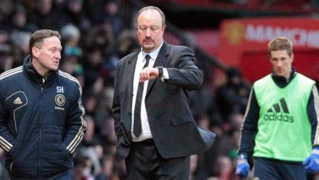El técnico español del Chelsea, Rafa Benítez, en la banda durante un partido.