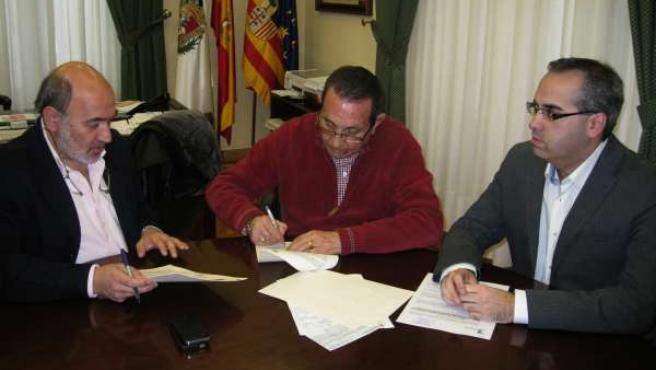 El alcalde de Calatayud en la firma del convenio con Junta Mayor de Semana Santa